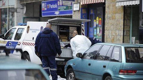 Fényes nappal rabolt ki egy ékszerboltot Budapesten, őt keresik a rendőrök – fotók