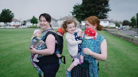 Ilyen az, amikor két anya szoptatja a négy gyerekét – fotók