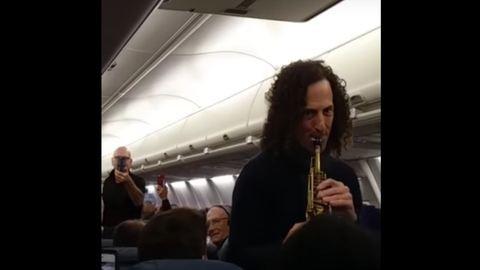 Kenny G meglepetéskoncerttel ijesztett rá egy repülő utasaira – videó