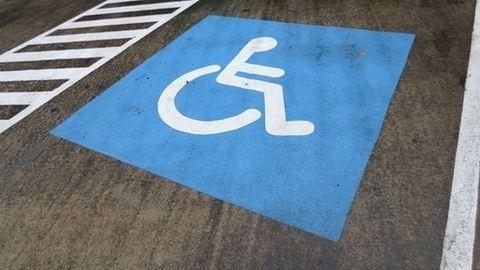 Rendszeresen a mozgássérült parkolóra állnak a munkások