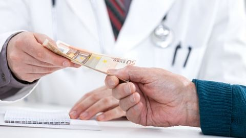 Kénytelenek elfogadni a hálapénzt az orvosok