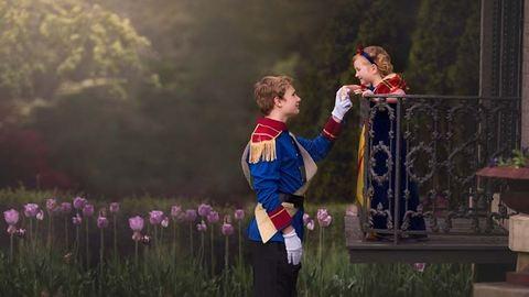 Disney-hercegnős fotózással lepte meg húgát a 13 éves fiú