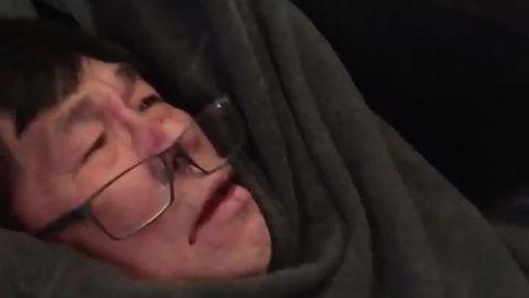 Kártérítést kap a repülőről levonszolt orvos