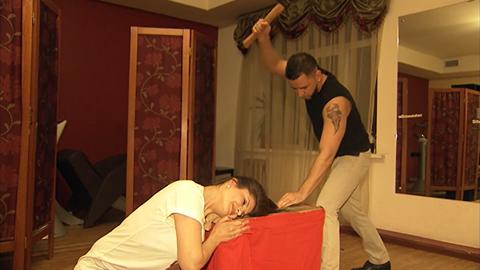 Baltával vág hajat egy orosz fodrász – videó