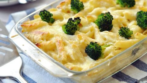 Hétvégi ebéd: sonkás-sajtos rakott tészta