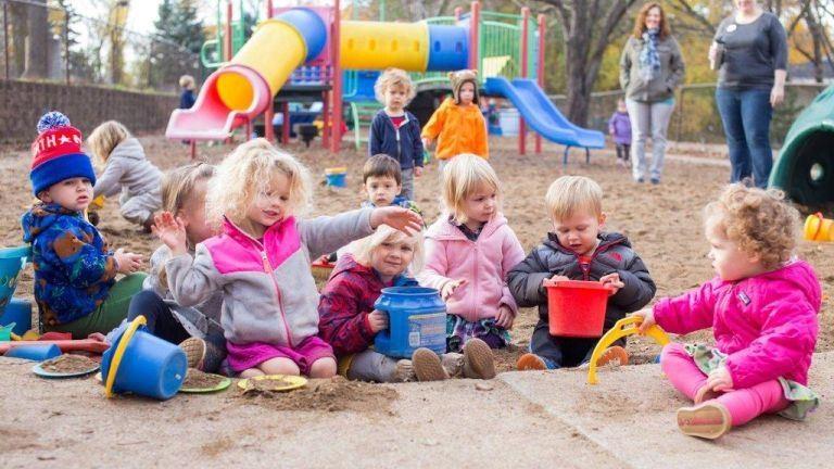 Játszóterek, síró kisbabák, nyugdíjasokat zaklató totyogók