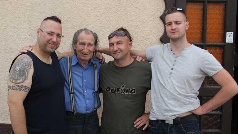zilágyi az Auróra zenekarral. Jobbra mellett Vigi, a zenekar frontembere. Fotó: Auróra