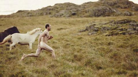 Izlandon, lovakkal fotózza magát meztelenül ez a férfi