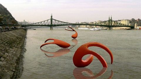 Hatalmas úszó szobrokat állítanak fel a Dunán – fotó