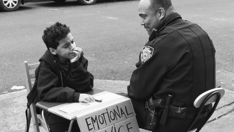 Stresszes felnőtteknek segít tanácsaival a 11 éves kisfiú