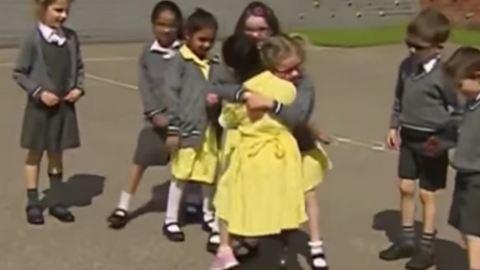 Így fogadják társai a műlábú kislányt az iskolában – megható videó