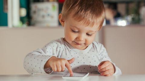 Így befolyásolják az okostelefonok a kicsik fejlődését
