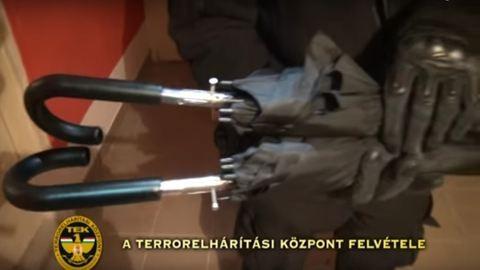 Esernyőnek álcázta a fegyvereit, de elkapták a rendőrök – videó