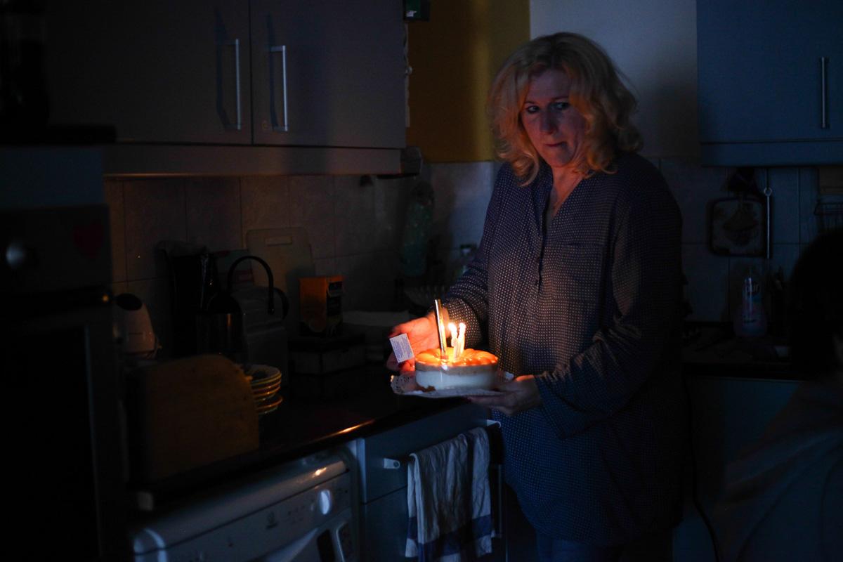 Tamara édesanyja Katalin a szülinapi tortával