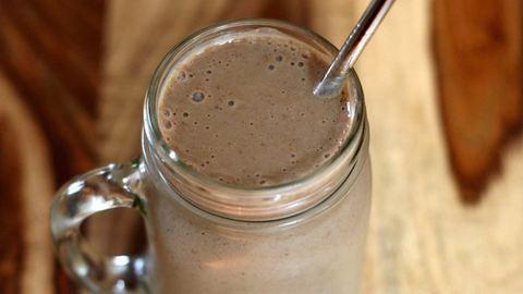 Pörgesd fel magad reggel egy fehérjedús jegeskávé-smoothieval!