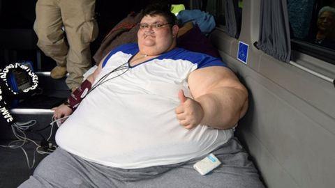 Hamarosan súlya felétől szabadítják meg a világ legkövérebb emberét