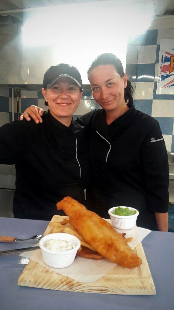 Magyar lányok, akik feladva munkájukat Mexikóban készítenek csirkepörköltet