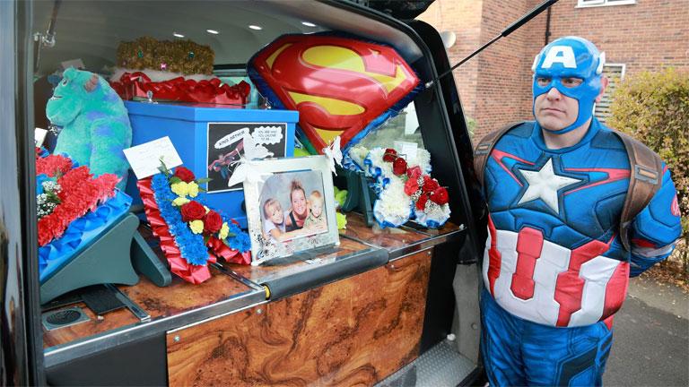 Amerika Kapitánynak öltözött férfi egy szuperhősös tematikájú temetésen (Fotó: Co-op Funeralcare)