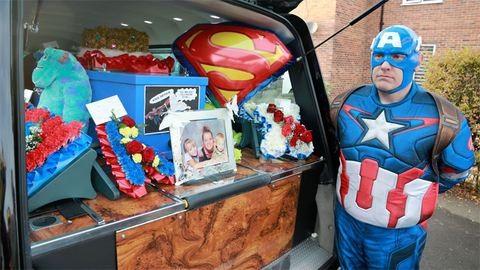 Öltöznél Supermannek vagy Darth Vadernek – temetésre?