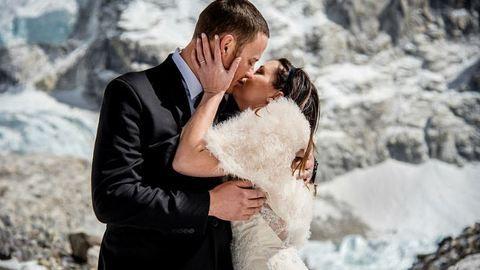 Hetekig küzdöttek az elemekkel, hogy a világ tetején házasodhassanak össze