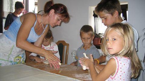 """""""Többet tanultam a lányomtól, mint bárkitől"""" – Éva és lánya, Dóri is nevelőszülő az SOS Gyermekfalvaknál"""
