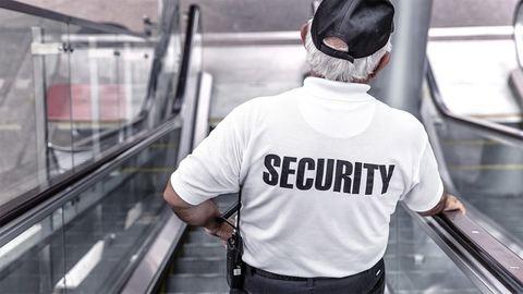Megölte a vendég az italozgató biztonsági őrt – 18+ videó