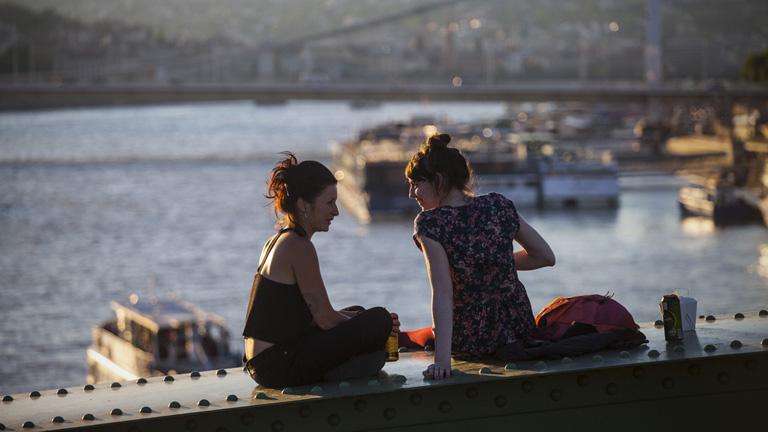 A nyári hétvégéken újra lehet hippiskedni a Szabadság-hídon
