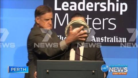 Botrányos tortadobálás az ausztrál légitársaságnál – videó