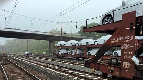 Autószállító vonatról loptak Audikat – fotók