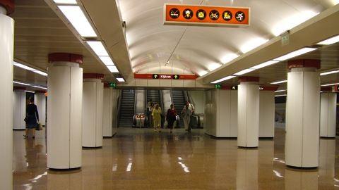 Nincs messze a nap, amikor ismét megáll a 2-es metró a Kossuth térnél