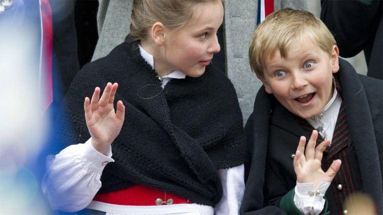 Viccet csinál a királyi szereplésekből Norvégia 11 éves hercege – videó