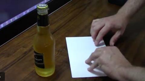 Így bonts fel egy üveg sört, egyetlen papírlappal – videó
