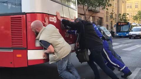 Az utasok tolták be a trolit a Dózsa György úton – videó