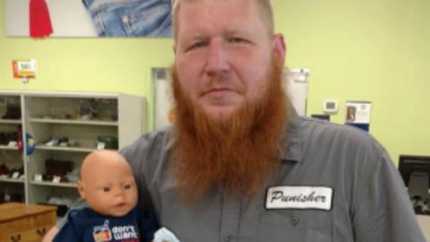 Imádja a net a marcona apukát, aki lánya babájával ment bevásárolni