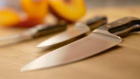 Szamurájkard, fejsze és kés is volt az iskolásoknál