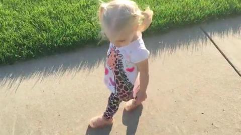 Nem lesz ma cukibb az árnyékával hadakozó kislánynál – videó
