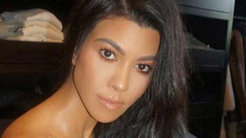 Kourtney Kardashian telibe levetkőzött