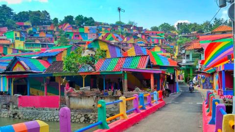 Szivárványba borult a kis indonéz falu – elképesztő fotók