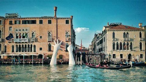 Hatalmas kezek nyúlnak ki a velencei kanálisból a klímaváltozás ellen