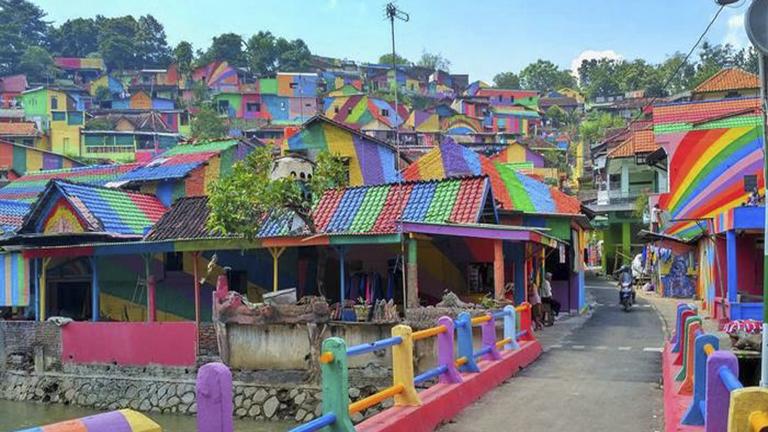 Szivárványba borult egy indonéz falu
