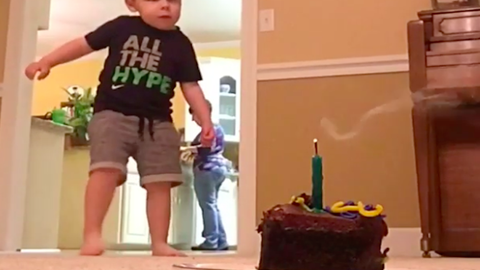 Egy jól célzott focilabdával fújta el a szülinapi gyertyáját a totyogó kisfiú - videó