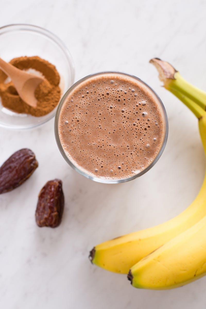 Ez lesz a kedvenc nyári egészséges finomságod: vegán csokis-datolyás smoothie