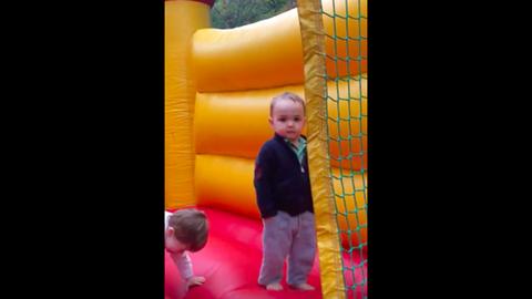 Nagyon közepesen élvezi a kisfiú az ugrálóvárat