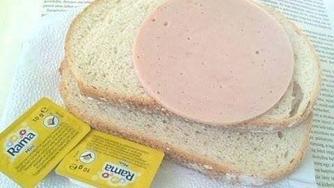 Két szelet kenyér egy szelet párizsival a reggeli a fertőzőosztályon