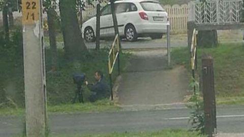 Árokból fényképezte a gyorshajtókat a rendőr