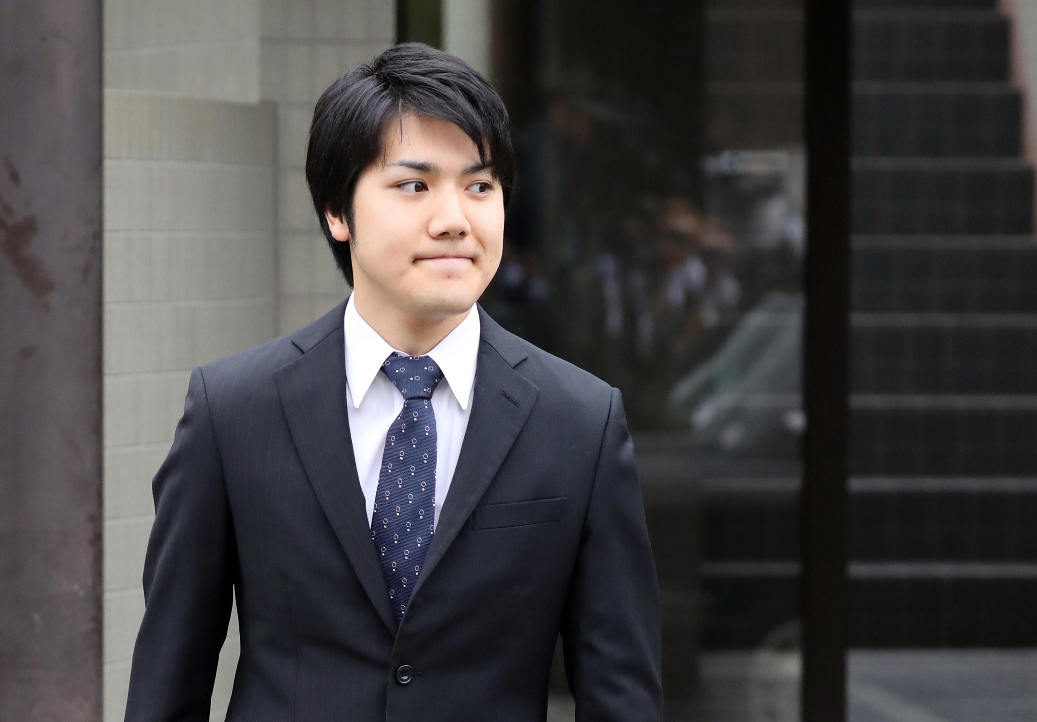 és a vőlegény, Kei Komuro.