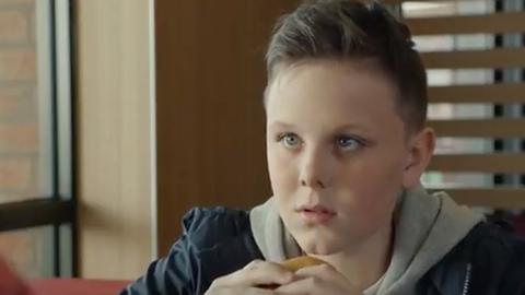 Óriási felháborodás:  gyászoló gyerekkel reklámoz a McDonald's
