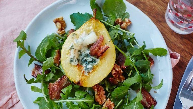 Ínyenc salátavacsora a hétköznapokra: sült körte kéksajttal