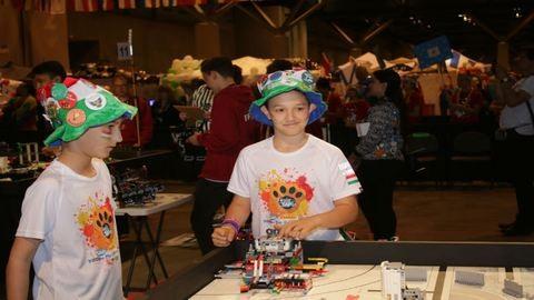 Magyar kisdiákok programoztak robotot Amerikában