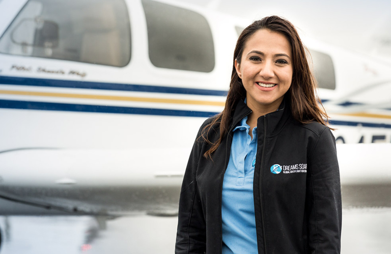 Körberepüli a Földet a legfiatalabb afgán pilótanő